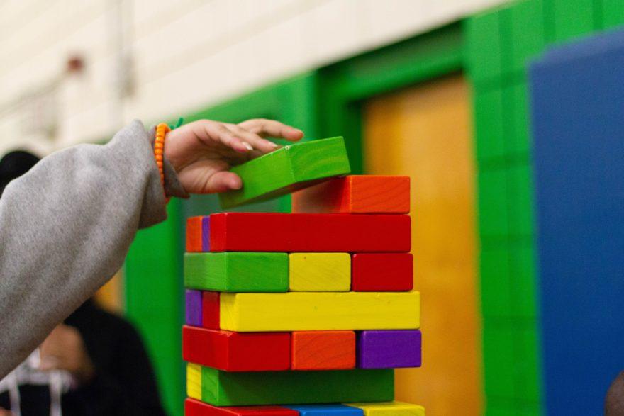 Kind stapelt Bausteine aufeinander. Ähnlich wie im Spiel, baut man in Wordpress nun auch Block auf Block.